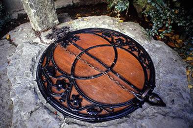 De vesica pisces op het deksel dat de Chalice Well in Glastonbury afsluit