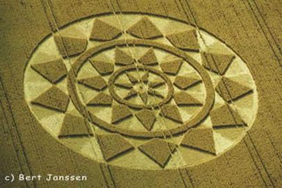 Graancirkel met daarin de priemgetallen 7, 11 en 13 verwerkt. Gevonden op 25 juli 2004 bij Etchilhampton Hill. Foto van Bert Janssen.